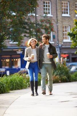 Mann flirtet auf der Strasse