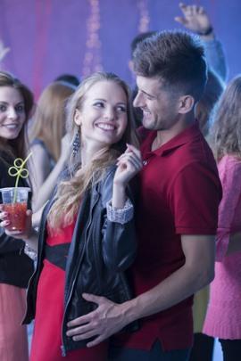Mit Frauen im Club flirten